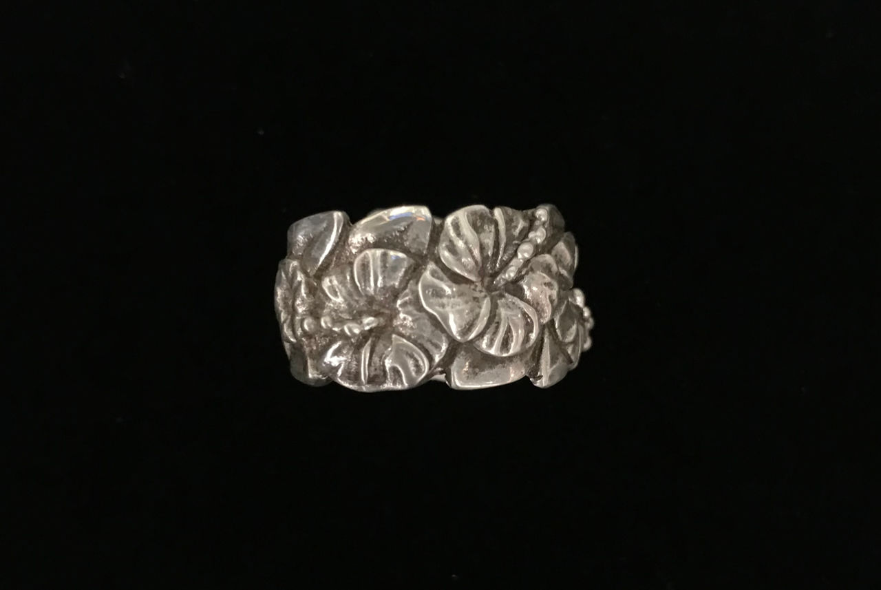 Sterling silver ring with realistic hibiscus flowers and leaves