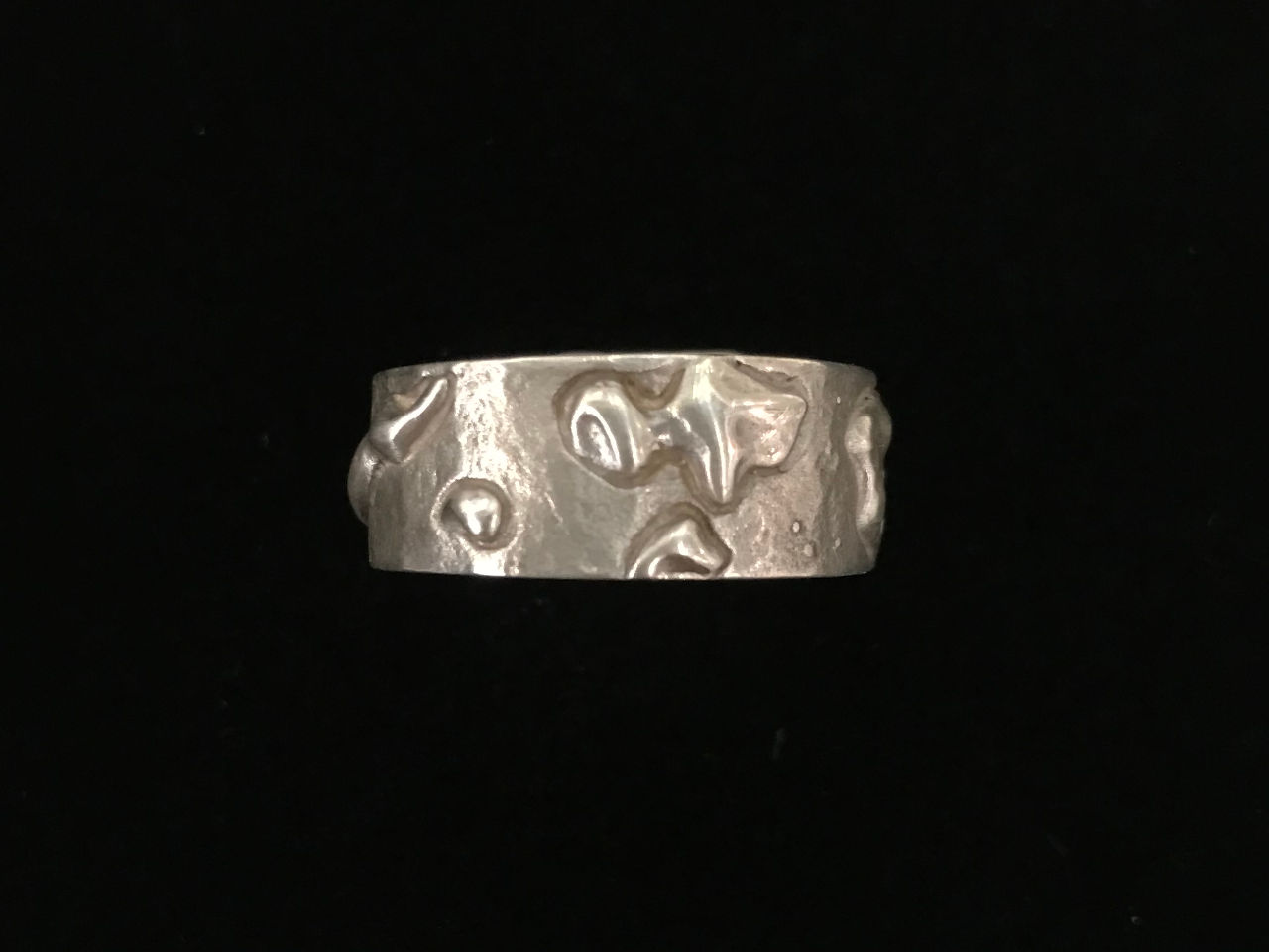 sterling silver ring with the shape of all the Hawaiian Islands. Maui County Side View
