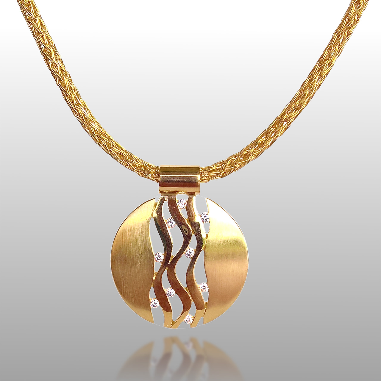 18k yellow gold necklace. Round shape with lines in the center and diamonds